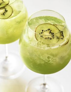 Usually turned off by green drinks but this kiwi drink looks so refreshing!