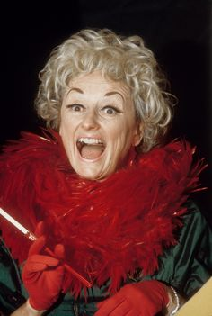 Comedienne Phyllis Diller performs on 'Rowan & Martin's Laugh-In' in October 1968 in Los Angeles, California. Best Female Comedians, Funny Comedians, Video Game Music, Video Games, Queens Of Comedy, Phyllis Diller, Carol Burnett, Celebrity Deaths, Bette Davis