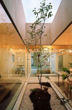 [Table hat, 2011] 小田原市ののどかな住宅街のなかに建つ、築20年の木造2階建て住宅の増築工事。増築部分は珈琲専門のカフェとして、店舗兼用住宅として計画している。