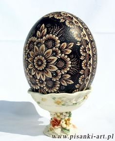 POLISH EASTER EGGS Polish pisanka (plural pisanki ) is a common name for an egg ornamented using various techniques. Egg Crafts, Easter Crafts, Bunny Crafts, Easter Decor, Easter Ideas, Polish Easter, Polish Folk Art, Carved Eggs, Easter Egg Designs