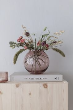 Interior Pastel, Cute Living Room, Home Flowers, Dried Flowers, Flower Decorations, Interior Inspiration, Planting Flowers, Floral Arrangements, Room Decor