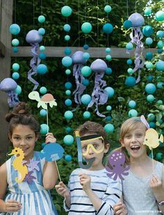 Ocean_Party_Backdrop_Props Make these underwater themed children's birthday party props including a bubbly backdrop and fishy friend stick puppets. Party Kulissen, Party Props, Ideas Party, Diy Ideas, Birthday Party Decorations, Birthday Parties, Diy Birthday, Ocean Party Decorations, Underwater Birthday
