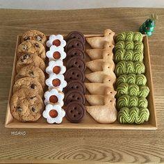 ☺︎ クッキーいろいろ🍪 左から •チョコチップクッキー •ジャムサンドクッキー •ボタンクッキー •シュガークッキー •抹茶の絞り出しクッキー 一番人気はやっぱりジャムサンド❤️ ・ ・ ・ #クッキー缶 #クッキー#ジャムサンドクッキー… Cookie Box, Cookie Gifts, Biscuits Packaging, Party Food Platters, Kawaii Dessert, Candy Drinks, Dessert Bread, Cute Cookies, Cookie Designs