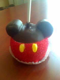 S - Mickey/Minnie apples! Cut a marshmallow so it has a flat side and stick it to the apple before dipping it in chocolate. Then, before the chocolate dries, dip it in red sprinkles! Mickey Mouse Cake, Mickey Mouse Parties, Mickey Party, Mickey Mouse Clubhouse, Caramel Candy, Caramel Apples, Mimi Y Mickey, Epic Mickey, How To Make Caramel