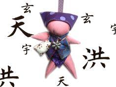 Katsoumi : sarubobo poupée japonaise rose clair violet et sac empreinte patte de chat : Porte clés par catsoo