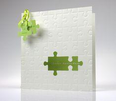 """Einladungskarte aus edlem Metallickarton mit Puzzle-Reliefprägung und Puzzle-Ausstanzung. Der Schriftzug """"Wir heiraten"""" ist auf der Karte bereits vorgedruckt und kann nicht verändert werden.  Diese Karte gibt es nur in weiß/grün.  Zur..."""