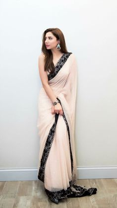 Sari design Clothes for Kids 👕 Trendy Sarees, Stylish Sarees, Fancy Sarees, Party Wear Sarees, Simple Sarees, Chiffon Saree Party Wear, Dress Indian Style, Indian Dresses, Indian Outfits