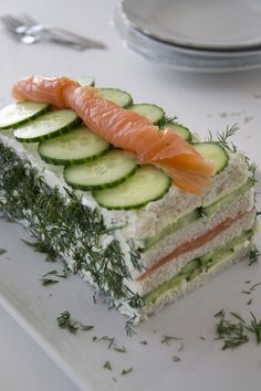 Broodtaart met zalm en komkommer – Brenda Kookt With this salmon and cucumber bread cake you will steal the show at lunch, brunch or high tea. It looks spectacular, but is actually very easy to make. I Love Food, Good Food, Yummy Food, Tapas, High Tea, Cuisine Diverse, Snack Recipes, Cooking Recipes, Tea Recipes