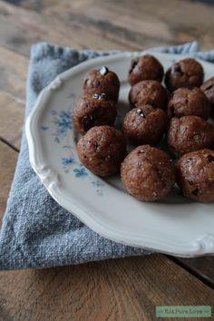 Ben & Jerry's weet het en wij weten het: koekjesdeeg is lekker! Maar ook een beetje ongezond. Deze cookie dough bliss balls zijn dan een fijn alternatief! www.eatpurelove.nl #blissballs #cookiedough