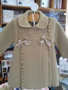 Abrigo de punto  con olanes                                                                                                                                                                                 Más Lana, Knit Crochet, Knitting, Children, Coat, Sweaters, Jackets, Polka Dots, Fashion