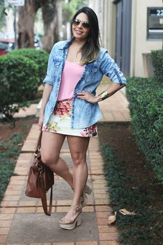 Look: Camisa Jeans e Estampa Floral