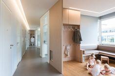 Zahnarztpraxis Berlin by fl!nk.architekten | zahnarztpraxis | kinderpraxis | spielen | warteraum | wohnatmosphäre | lichtvoute | flur | sitzbank | modern