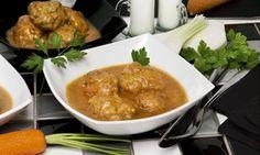 Receta fácil de Karlos Arguiñano para preparar las tradicionales albóndigas caseras de carne picada con salsa de verduras y vino blanco.