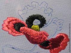Берем рисунок, переводим его на ткань. Подбираем нитки. В своей вышивке я использовала такие цвета ниток: для цветка - красно-розовый и темно-красный, черный, желто-зеленый; стебель - желто-зеленый, листья - светло-зеленый. 1 шаг: черной ниткой, простой гладью вышиваем основание лепестка. 2 шаг: темно-красной ниткой, простой гладью продолжаем лепесток. Направление от центра. 3 шаг: красно-розовы&h…