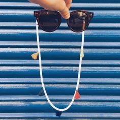 Cordón para sujetar las gafas de sol o de ver hecho con cuerda de algodón y pompones de colores. #gafas #gafasdesol #cordon #cuerda #ponpon #pompones #hook #hechoamano #españa #accesorios #accesoriosdemoda #accesoriosparamujer #colores #moda #compras #comprasonline #regalos #regalosoriginales Sunnies, Sunglasses, Beach Accessories, Chain, Collar, Handmade, Jewelry, Online Shopping, Ribbons