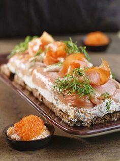 Murskaa näkkileipä karkeaksi rouheeksi ja valuta joukkoon kasvisliemen kanssa sulatettu voi. Vuoraa pitkulainen vuoka kelmulla ja levitä leipä…