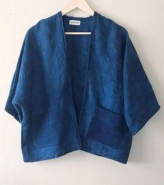 Linen Shibori cardigan Indigo dyed kimono Linen blazer linen kimono cardigan kimono with patch pockets hand dyed shibori linen cardigan Gilet Kimono, Cardigan Kimono, Kimono Jacket, Look Kimono, Style Kimono, Kimono Fashion, Denim Fashion, Look Fashion, 2000s Fashion
