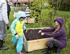 Vanina Heuser (oik.) hoitaa innoissaan 7-vuotiaan tyttärensä Claran kanssa viljelylaatikkoa. – Siitä tulee viidakko, nainen hymyilee.