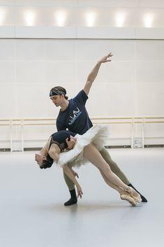Matthew Ball and Natalia Osipova in rehearsal for Swan Lake, The Royal Ballet © 2018 ROH. Ballet Class, Ballet Art, Ballet Dancers, Ballet Pictures, Dance Pictures, Percabeth, Alonzo King, Tango, Paris Opera Ballet