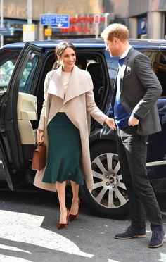 Meghan Markle Photos - Prince Harry and Meghan Markle during their visit to Crown Bar, a former Victorian gin palace owned by the National Trust, on March 23, 2018 in Lisburn, Nothern Ireland. - Prince Harry And Meghan Markle Visit Northern Ireland
