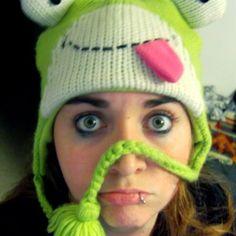 On le vois pas bien mais... Mon bonnet grenouille =D. Autant dire que l'hiver je fais un malheur ! ^^