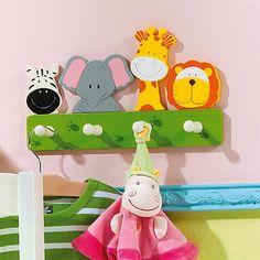 Süsse Dschungel Kindergarderobe mit Zebra, Elefant, Giraffe und Löwe. Tolle Kinderzimmerdekoration für ein Mottozimmer zum Thema Dschungel oder Safari