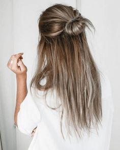 Lazy day hairstyles are lifesavers when you just don't have the energy to put effort into your appearance. Here are 20 different lazy day hairstyles that are super cute! # lazy Hairstyles 20 Lazy Day Hairstyles That Are Quick And Cute AF Lazy Day Hairstyles, Five Minute Hairstyles, Cute Hairstyles For School, Hairstyles With Bangs, Braided Hairstyles, Prom Hairstyles, Feathered Hairstyles, Casual Hairstyles For Long Hair, Hairstyle Ideas