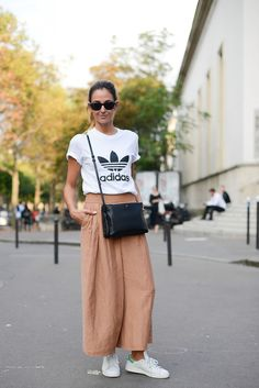 adidas-culottes-wide-leg-pants-blush-peach-adidas-sneakers-white-sneakers-stan-smith-adidas-tshirt-tee-graphic-tee-normcore-sportyPFW-Street-Style-time-via-getty Culottes Outfit Summer, How To Wear Culottes, Casual Summer Outfits, Spring Outfits, Fashion Moda, Fashion Week, Paris Fashion, Fashion Outfits, Adidas Stan Smith Outfit