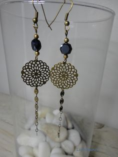 Boucles d& noires : jolie perle noire ,breloque filigranée métal b… Schwarze Ohrringe: hübsche schwarze Perle, filigraner Metallbronze-Charm: Luminance-Ohrringe Bead Jewellery, Dainty Jewelry, Boho Jewelry, Jewelry Crafts, Jewelry Art, Black Earrings, Diy Earrings, Earrings Handmade, Hippy Chic