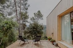 House LLP is a project realized in Barcelona designed by Spanish architecture practice Alventosa Morell Arquitectes. Cantilever Architecture, Architecture Durable, Cabinet D Architecture, Sustainable Architecture, Interior Architecture, Spanish House Design, Exterior Design, Interior And Exterior, Minimalist Room