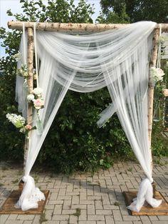 Trouw backdrop van berkenstammen. Styled and created by Vintage Weddings, Assendelft, Noord Holland