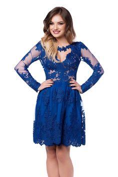 Rochie Viviane Albastra - Asigura-te ca impresionezi printr-o aparitie de poveste la urmatorul eveniment special, purtand rochia de seara scurta Viviane. In tonuri vibrante de albastru imperial, rochia de seara este confectionata integral din dantela pretioasa cu broderie realizata manual. Finisata cu un colier floral din dantela situat la baza gatului, rochia albastra de seara dobandeste o pretiozitate spectaculoasa, facilitandu-ti alegerea accesoriilor. Creata in asa fel incat sa iti puna…