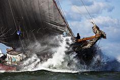 Vol aan boord in de golven tijdens Brandaris Race op het Wad.