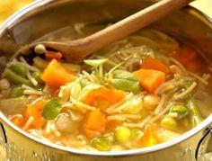 Für die Minestrone das Gemüse, die Gemüsesuppe, das Tomatenmark und die Nudeln in einen ungelochten Garbehälter geben. Im Miele Dampfgarer garen: