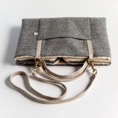 Dog travel bed, elegant and discreet, this embossed grey bed bag has been designed for the most cosmopolitan of owners and dogs.