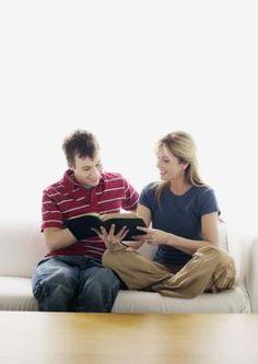 Cómo hacer que los adolescentes se interesen en la biblia | LIVESTRONG.COM en Español