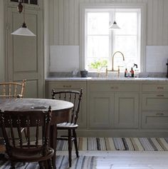 How to design your kitchen design in a thematic area – lamp ideas Farmhouse Style Kitchen, Country Kitchen, Kitchen Dining, Kitchen Furniture, Kitchen Interior, Layout Design, Cottage Kitchens, Shaker Kitchen, House Inside
