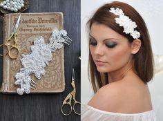 *Kollektion ♥Luxury Wedding♥*  Ein besonders glitzernder Eyecatcher für jede Brautfrisur: Der Kopfputz besteht aus Spitze und Perlen. Zwei Kämmchen sorgen für den richtigen Halt und erleichtern das...