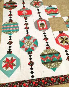 Christmas quilt tour - some gorgeous decorating ideas. Christmas Patchwork, Christmas Quilt Patterns, Christmas Sewing, Quilt Block Patterns, Quilt Blocks, Christmas Crafts, Christmas Quilting, Christmas Tables, Purple Christmas