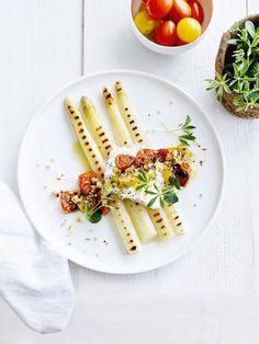 Asperges met burrata, tomaten en quinoa Gourmet Recipes, Vegetarian Recipes, Healthy Recipes, Good Food, Yummy Food, Yummy Lunch, Bistro Food, Best Party Food, Weird Food
