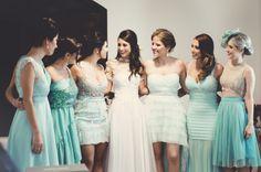 Madrinhas com vestidos iguais e da mesma cor. bridesmaids