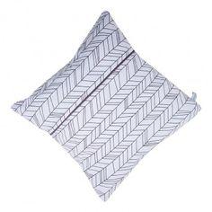 Coussin White Leaves – 40 x 40 cm – Coton – Little Dutch  Très graphique, le coussin White Leaves de la marque Little Dutch de dimensions 40 x 40 cm présente des formes géométriques qui lui donnent un effet de volume. Ainsi, il s'intègrera facilement à toutes sortes de décoration de chambre d'enfant. Le coussin est déhoussable et lavable en machine. Il est enfin très agréable et doux au toucher, car il est fabriqué 100% en coton.