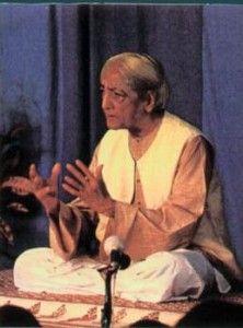 Jiddu Krishnamurti (1895-1986) naquit en Inde et fut pris en charge à l'âge de treize ans par la Société théosophique, qui voyait en lui « l'Instructeur du monde » dont elle avait proclamé la venue. Très vite Krishnamurti apparut comme un penseur de grande envergure, intransigeant et inclassable