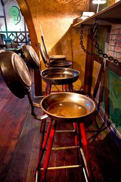 Барные стулья из сковородок.