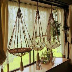 Interesting way to keep a beta fish. Diy Hanging, Hanging Planters, Hanging Chair, Macrame Plant Holder, Macrame Plant Hangers, Macrame Art, Macrame Projects, Hemp Crafts, Macrame Patterns