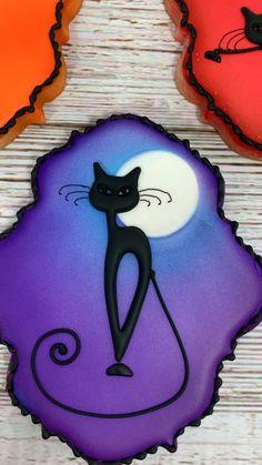 Halloween Cookie Recipes, Halloween Cookies Decorated, Halloween Party Snacks, Halloween Sugar Cookies, Halloween Desserts, Halloween Cakes, Halloween Tricks, Moon Cookies, Cat Cookies