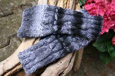Armstulpen Stulpen handgestrickt Zopf Wolle schwarz von hemstickat