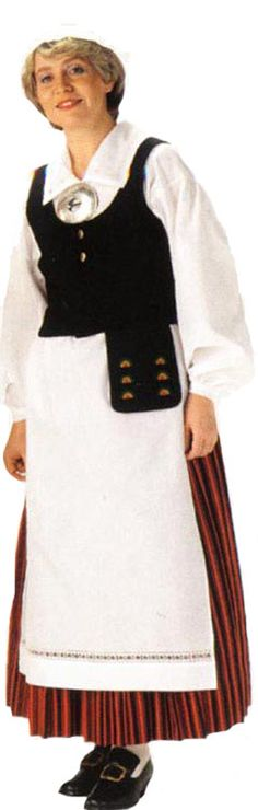 Valkealan naisen kansallispuku. Kuva © Helmi Vuorelma Oy