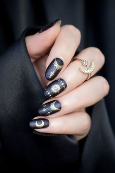Black Gold Nails Magic nails - black and gold nails. - If you're into elegant manicures, these black and gold Magic nails are perfect for you this Halloween and beyond it. bonus, they are very easy to do! Black Gold Nails, Black Nail Art, Gold Nail Art, Pink Nails, Pastel Goth Nails, Silver Nail, 3d Nails, Blue Gold, Cute Halloween Nails