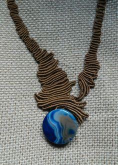 gioiello in macrame con pietra agata